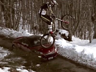 Le Peugeot RCZ défie un VTT en descente en vidéo