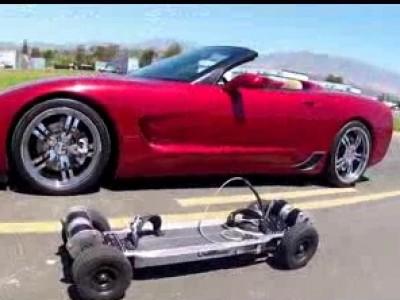 Un skateboard électrique contre une Corvette