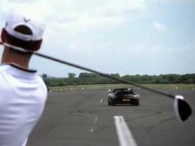 David Coulthard joue au golf en Mercedes SLS Roadster