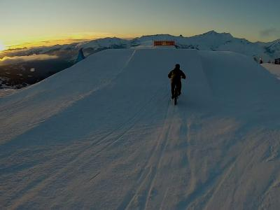 Les Arcs Summit Run : une course poursuite VTT-ski dans la poudreuse au sommet de l'Aiguille Rouge