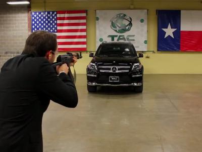 Un AK-47 face à un Mercedes GL