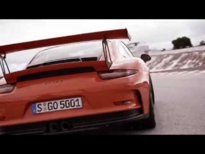 La Porsche 911 GT3 RS se défoule sur une petite route de montagne