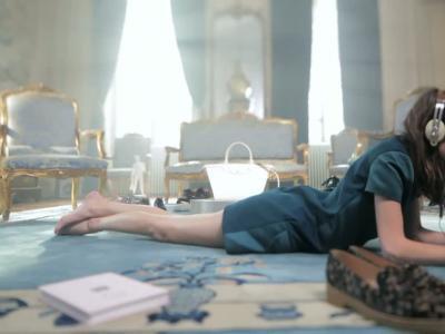 Vidéos : Alexa Chung pose pur Longchamp