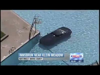 Une Camaro ZL1 au fond d'une piscine