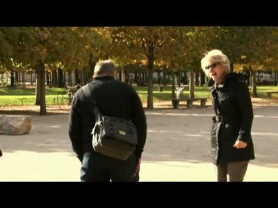 """Strip-tease """"sauvage"""" dans les rues de Paris"""