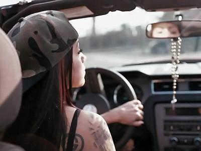 Good Girl : une Mustang et des tatouages
