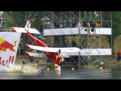 """Crashs """"aériens"""" en série avec le Red Bull Flugtag"""