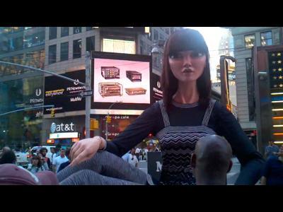 La poupée géante attaque New York