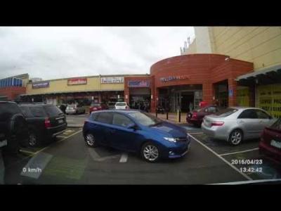 Une femme met 3 minutes pour garer sa voiture