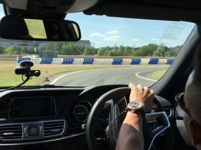 Lewis Hamilton s'essaye au drift en Mercedes E 63 AMG