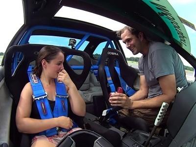 Il choisit le sport automobile pour la demander en mariage