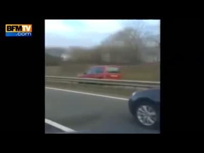 Un conducteur filme une voiture qui le rattrape sur l'autoroute sur la voie opposée