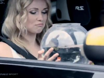 Une Renault Twingo RS, une bimbo et un poisson rouge
