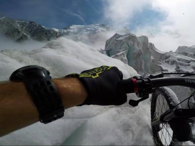 Le rider Kilian Bron descend le glacier du Mont Blanc