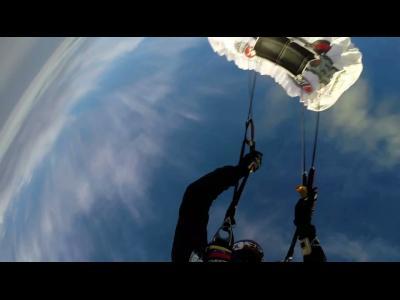 Record du monde : saut avec le plus petit parachute du monde