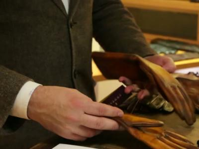 Agnelle, l'homme élégant et ses gants