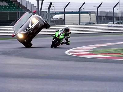 Cascade en moto sous une Alfa Romeo MiTo Quadrifoglio Verde SBK