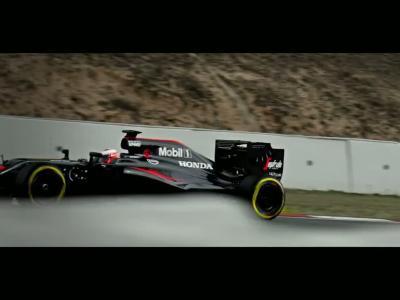McLaren parachute Jenson Button et sa F1 sur le circuit de Melbourne