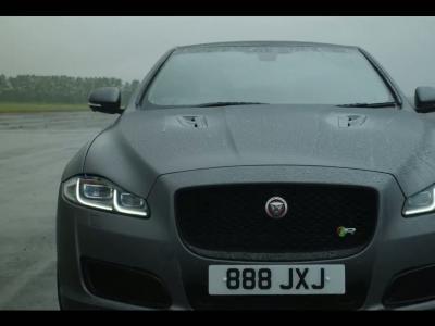 Jaguar met à jour sa limousine XJ et lance la XJR575