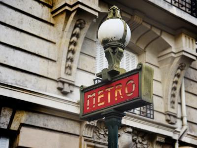 Paris : un automobiliste confond une bouche de métro avec l'entrée d'un parking