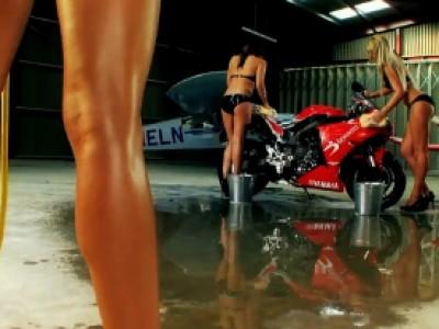 Une moto toute propre grâce à Lucy Pinder