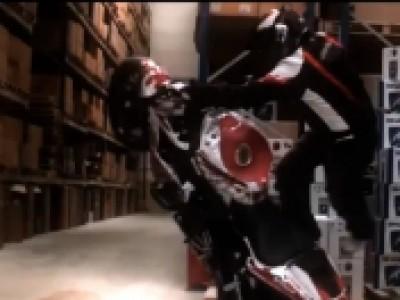 Séance de stunt à moto dans un entrepôt