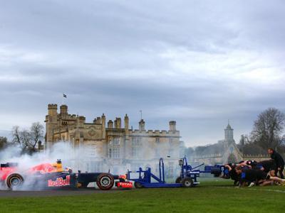 Une équipe de rugby se livre à une mêlée contre une Formule 1!