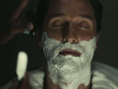 Matthew McConaughey se rase en conduisant, enfin presque