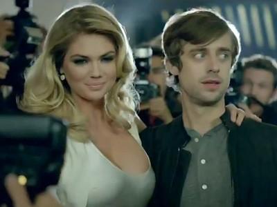 Kate Upton, Usher et Willem Defoe pour promouvoir la Mercedes CLA