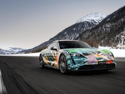 La Porsche Taycan Artcar de Richard Phillips en vidéo