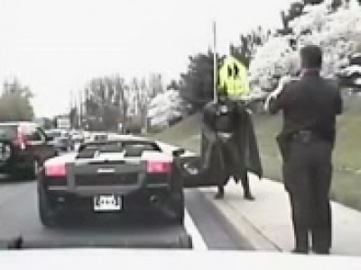 Batman se fait contrôler en Lamborghini Gallardo