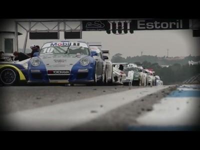 48 Porsche 911 sont sur un circuit...