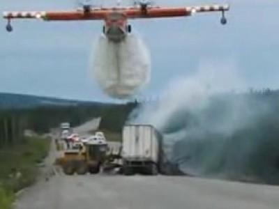 Camion en flamme au Canada, un bombardier d'eau appelé en renfort