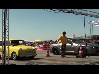 Nissan GT-R contre Trabant ''légèrement'' modifiée : qui l'emporte ?