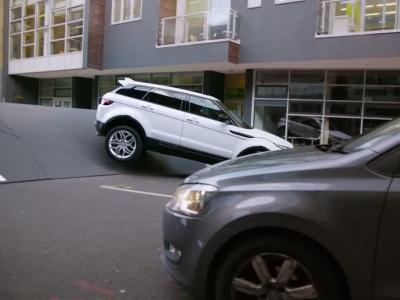 Le Range Rover Evoque affronte le  gros dos d'âne du monde