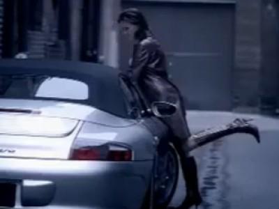 Elle craque pour une Porsche