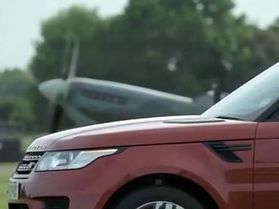 Le Range Rover Sport défié par un Spitfire