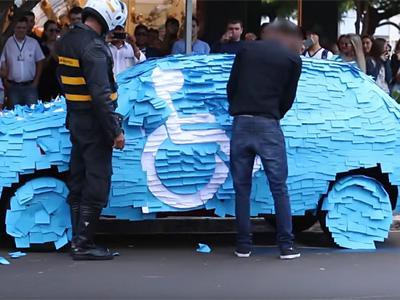 Il ne fallait pas se garer sur une place pour handicapés...