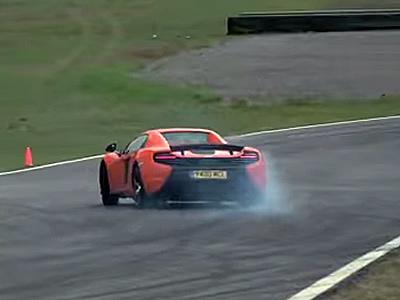 La McLaren 650S en dérive à chaque virage du circuit Ascari...