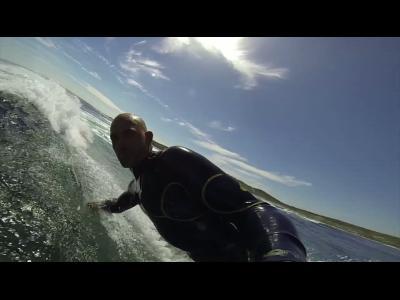 Kelly Slater surf avec des dauphin