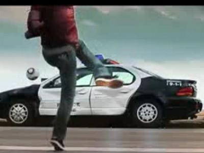 David Villa massacre une voiture de police