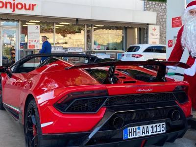 Le youtubeur GMK sort une Lamborghini pour livrer les cadeaux déguisé en père noël