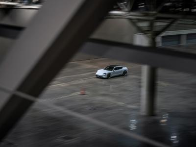 Record du monde de vitesse en intérieur pour la Porsche Taycan Turbo S