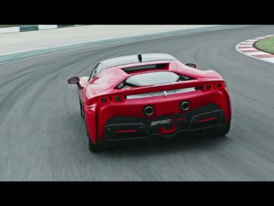 Ferrari SF90 Stradale : la supercar hybride rechargeable en vidéo