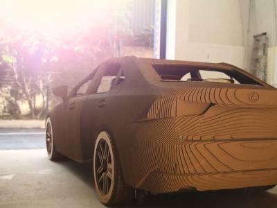 Lexus dévoile une IS en carton capable de rouler