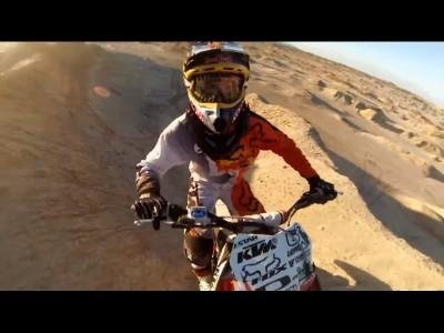 Motocross freestyle dans le désert en GoPro