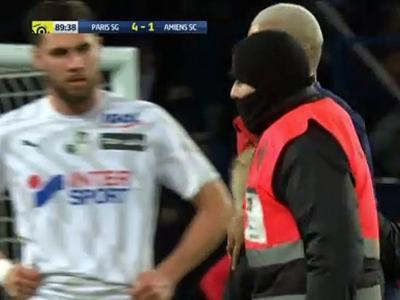 PSG : quand Mbappé signe un autographe en pleine rencontre !