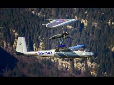 Il se pose sur un avion avec son delta plane ...