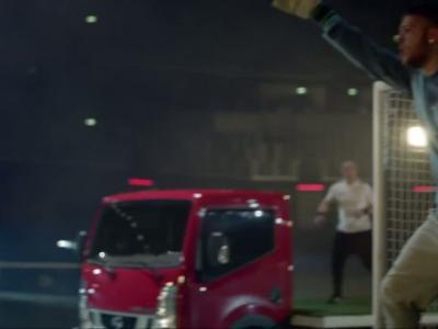 Yaya Toure improvise une partie de ''truckerball'' sur un terrain de foot mouvant