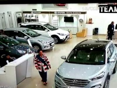 Elle détruit le showroom d'un concessionnaire Hyundai en Inde